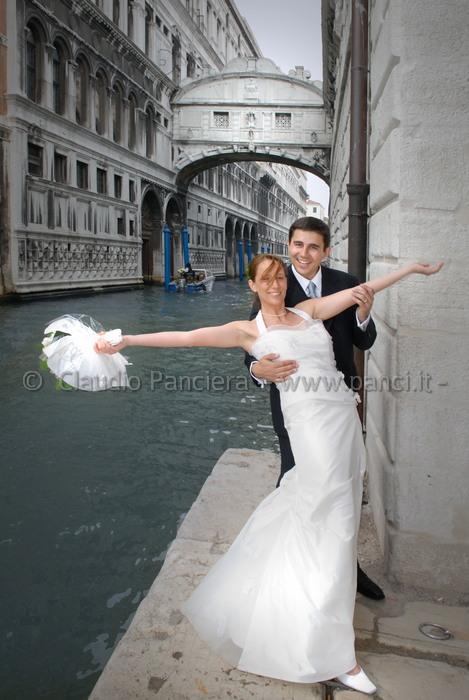 Venezia, Sposi al Ponte dei Sospiri
