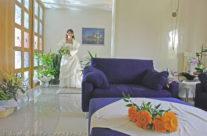Ultimo saluto della sposa alla vecchia casa