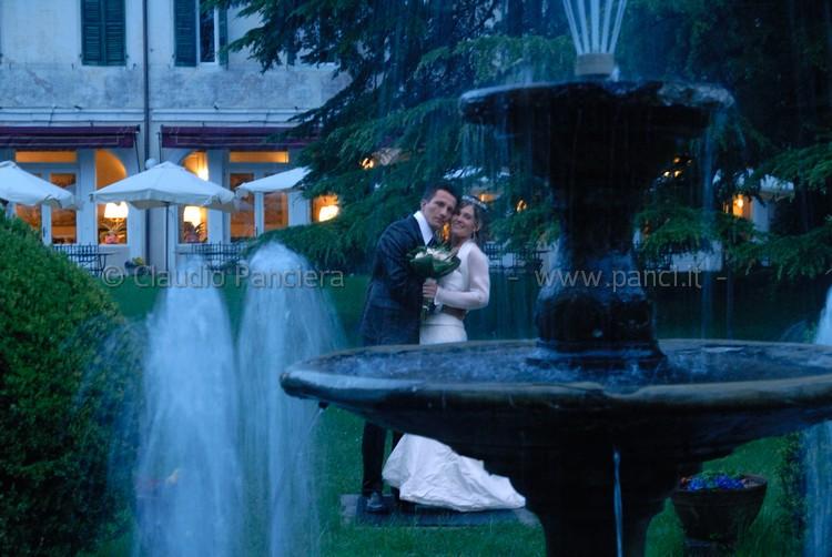Sposi dietro fontana notturna