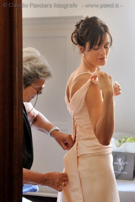 Indossando il vestito da sposa