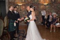 Lo sposo in Kilt riceve la sposa dal padre